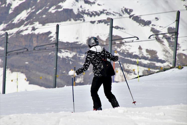 narty: zjazdowe czy biegowe