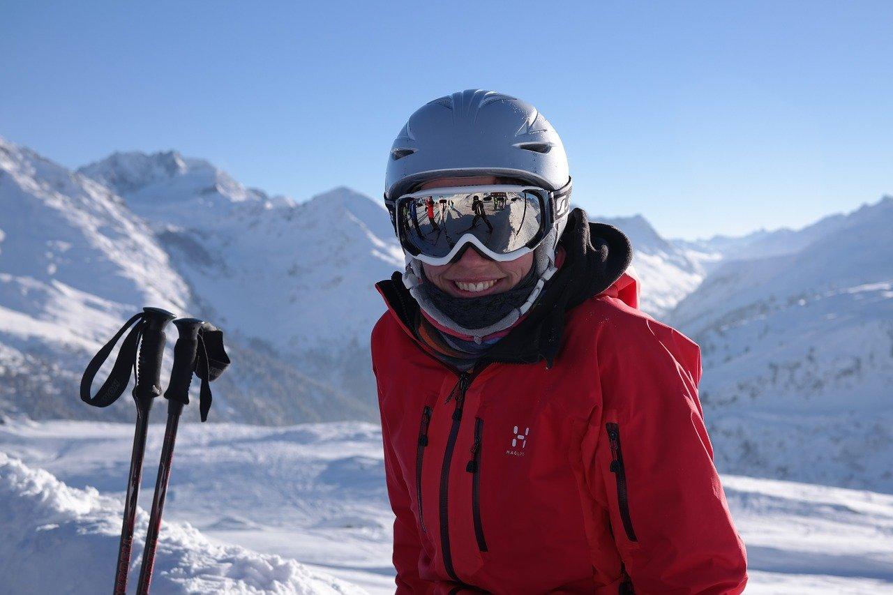 narciarka w kasku