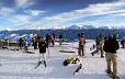 Ludzie na stoku narciarskim